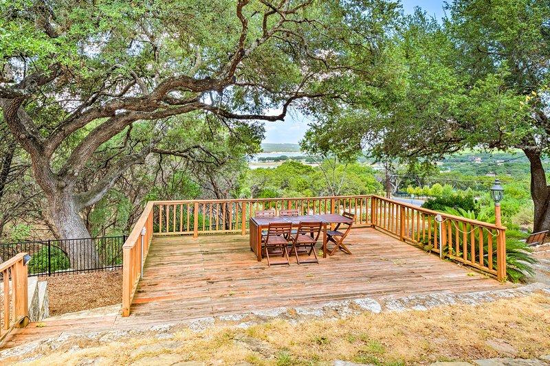 Cerchi una cena con vista? Siediti all'esterno nell'ampio patio.