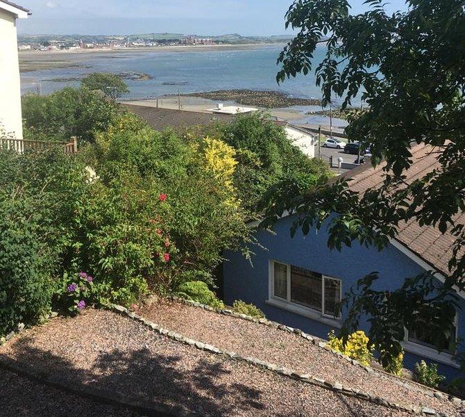 Dit is het uitzicht vanuit de achtertuin. Je kunt onze kleine 'blauwe haven' hieronder zien.