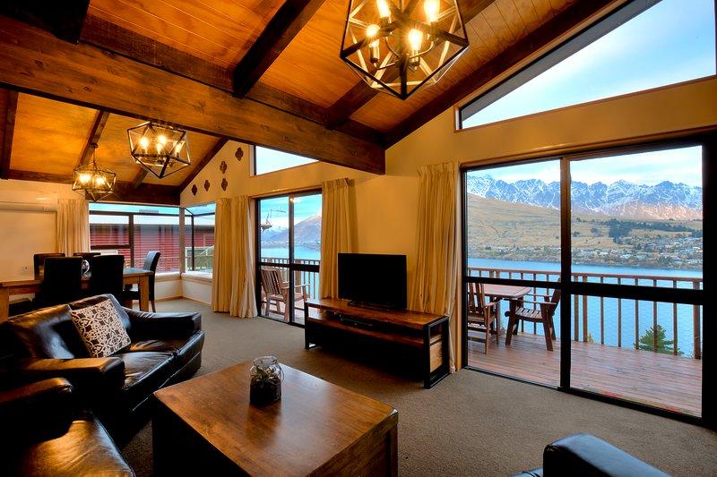 Sala di intrattenimento, con zona pranzo a flusso aperto, cucina e ampio balcone privato. Doppi vetri.