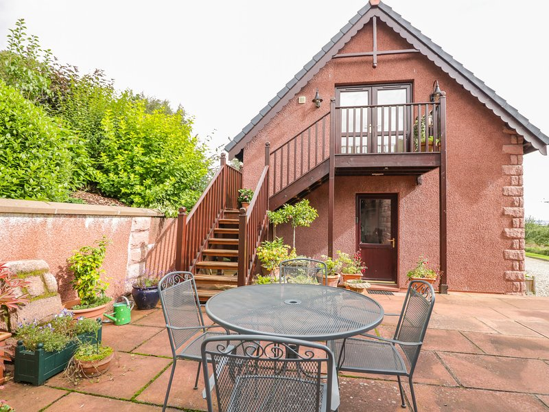 THE ROOFSPACE AT BRAESIDE, WiFi, great views, Edzell, Ref 929430, vacation rental in Murthill