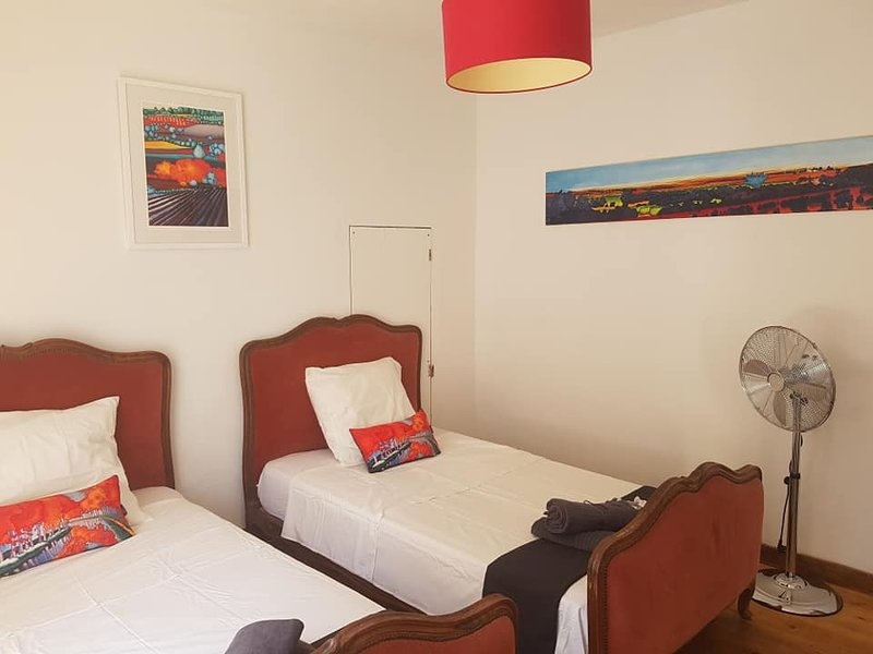 Double / Large Twin Room in B & B Licenced with garden, pool and bar, location de vacances à Siran