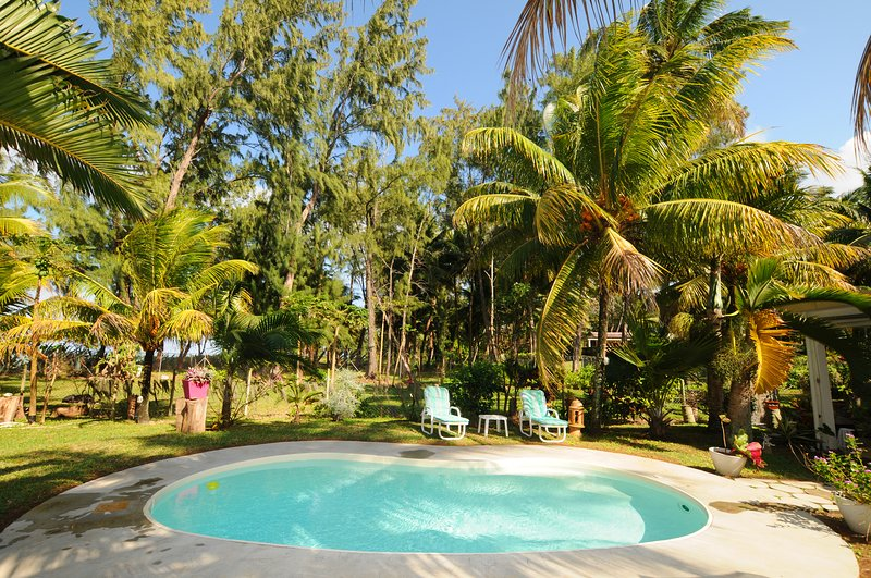 L'Oase de Riambel Beachfront Bungalow, free wifi, private pool, alquiler de vacaciones en Distrito de Savanne