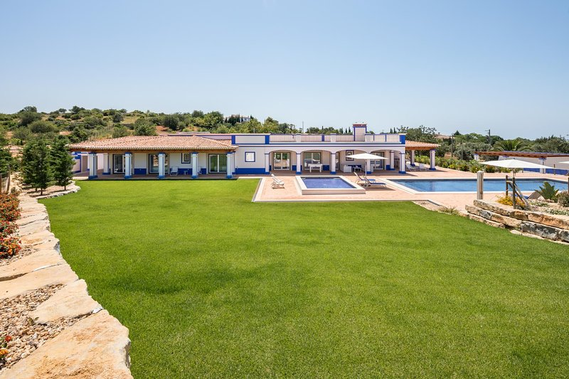 Malhadais Villa Sleeps 8 with Pool Air Con and WiFi - 5812627, holiday rental in Cerca Velha