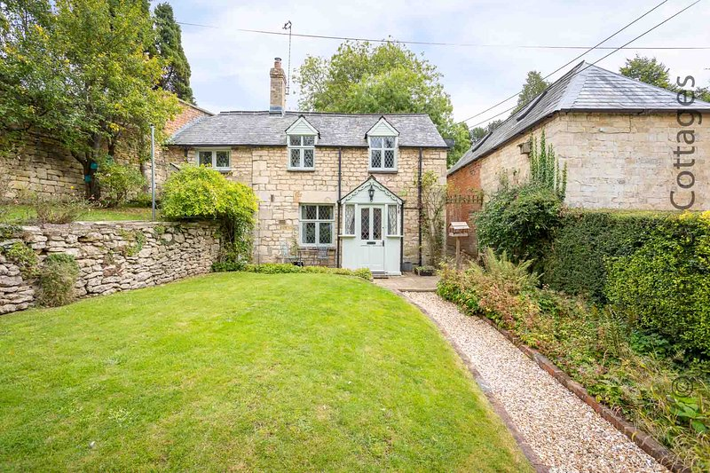 Rose Tree Cottage is a grade II listed, detached Cotswold stone cottage, casa vacanza a Box