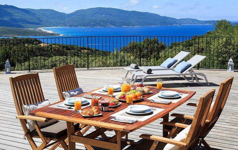 Splendide villa avec piscine chauffée et vue mer, vacation rental in Petreto-Bicchisano