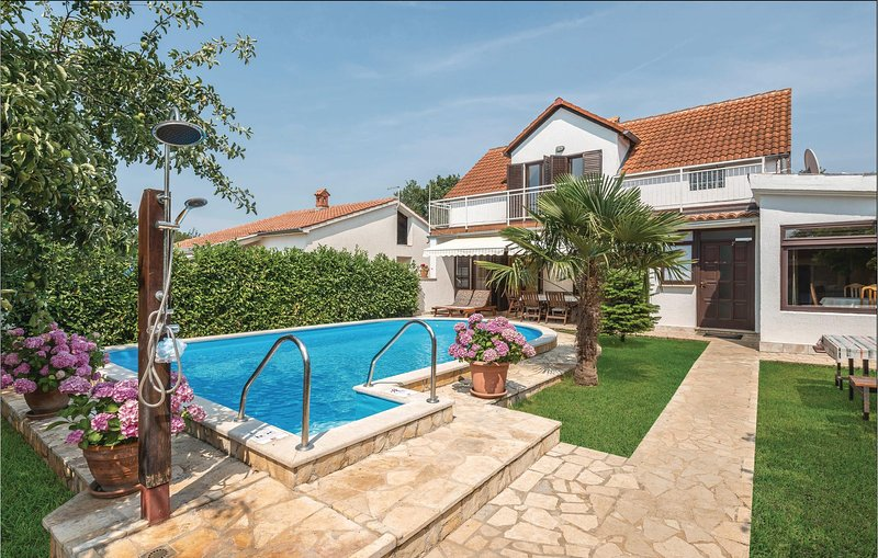 Awesome home in Liznjan with 4 Bedrooms (CIZ211), alquiler de vacaciones en Sisan