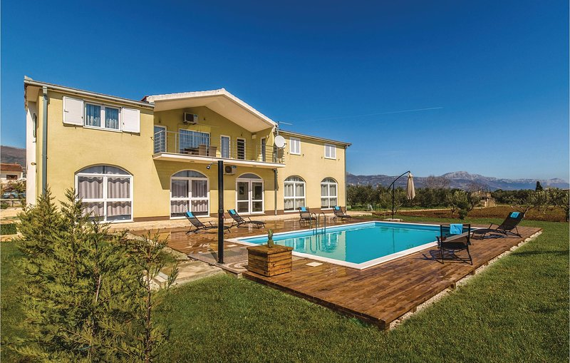 Amazing home in Divulje with WiFi and 8 Bedrooms (CDE928), casa vacanza a Plano
