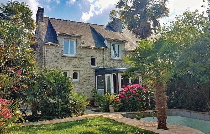 Beautiful home in La Forêt Fouesnant with WiFi and 5 Bedrooms (FBF706), casa vacanza a La Foret-Fouesnant
