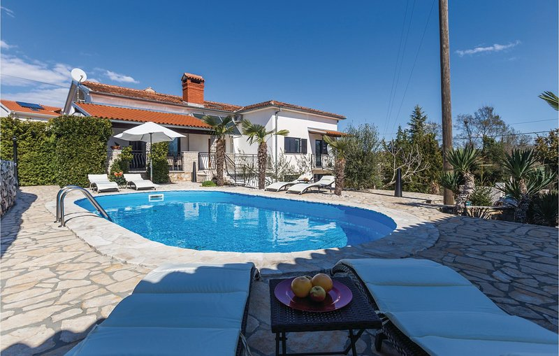 Nice home in Kanfanar with WiFi and 1 Bedrooms (CIV218), casa vacanza a Golas