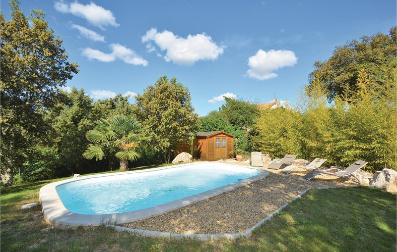 Beautiful home in Mejannes-les-Alés with WiFi, Outdoor swimming pool and 3 Bedr, holiday rental in Saint-Privat-des-Vieux