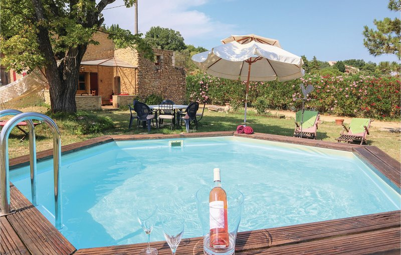 Beautiful home in St Paulet de Caisson with WiFi, Outdoor swimming pool and 1 Be, holiday rental in Saint-Alexandre
