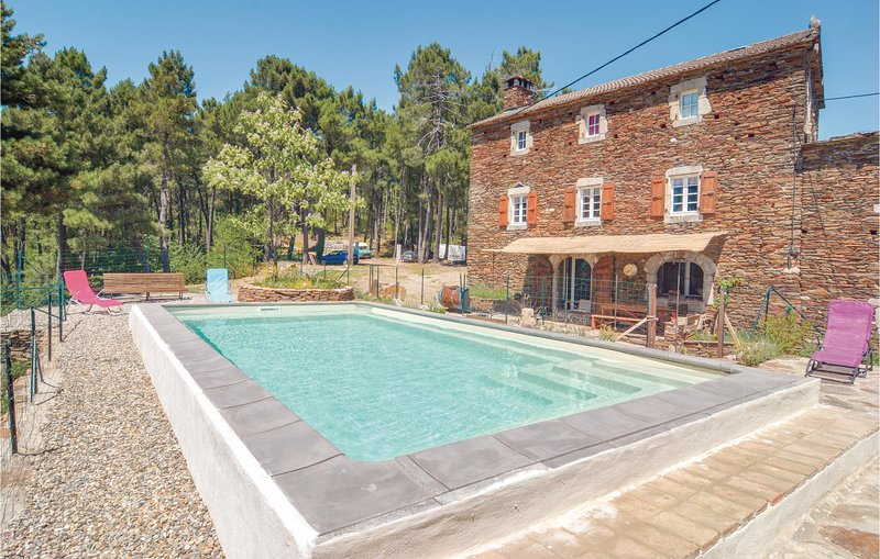 Nice home in Malbosc with 3 Bedrooms (FRA116), alquiler vacacional en Aujac