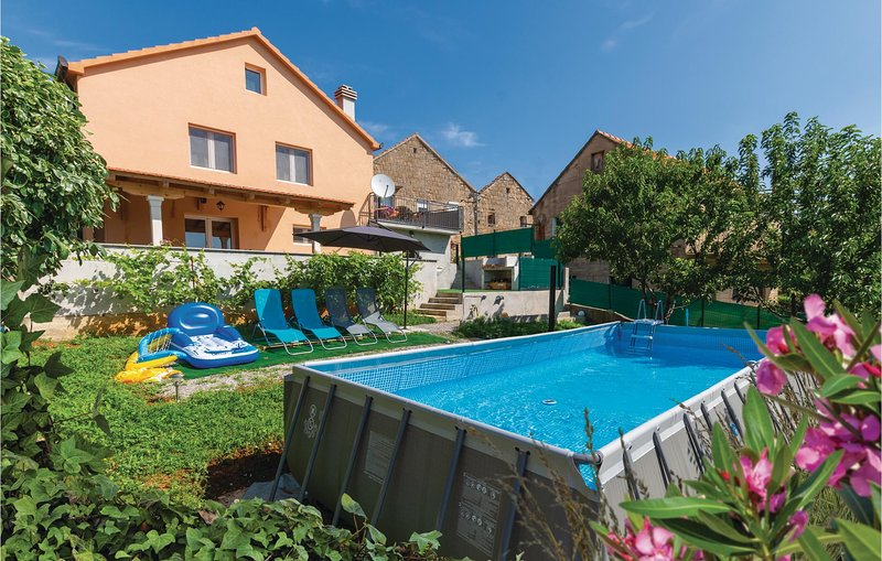 Amazing home in Hrvace with WiFi and 3 Bedrooms (CDC007), holiday rental in Vrlika
