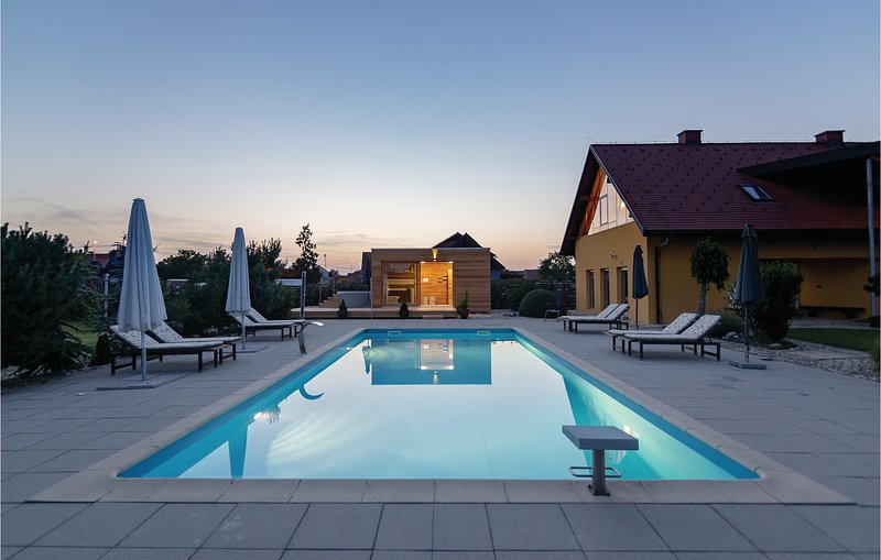 Awesome home in Krizevci pri Ljutomeru with Sauna, WiFi and Outdoor swimming poo, location de vacances à Kloch