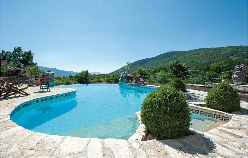 Stijlvol luxe vakantiehuis met zwembad (CDM960), location de vacances à Zagvozd