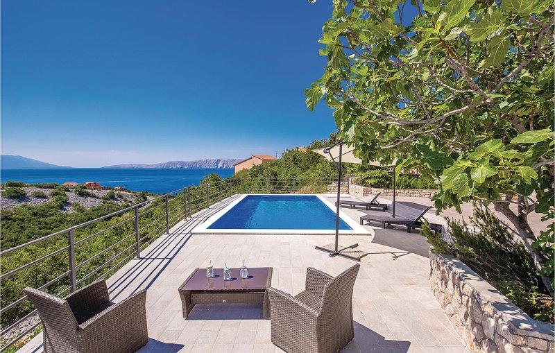Beautiful home in Novi Vinodolski with Outdoor swimming pool, WiFi and Outdoor s, casa vacanza a Donji Zagon