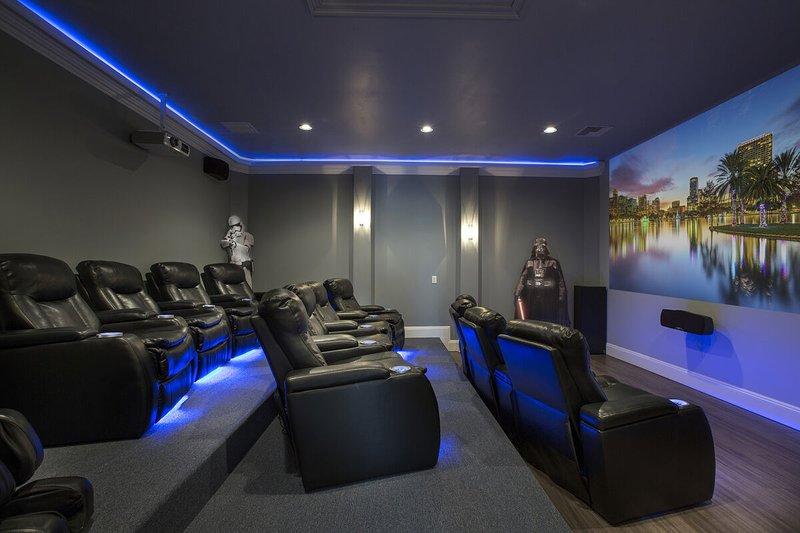 Sala de cine con asientos reclinables de cuero.