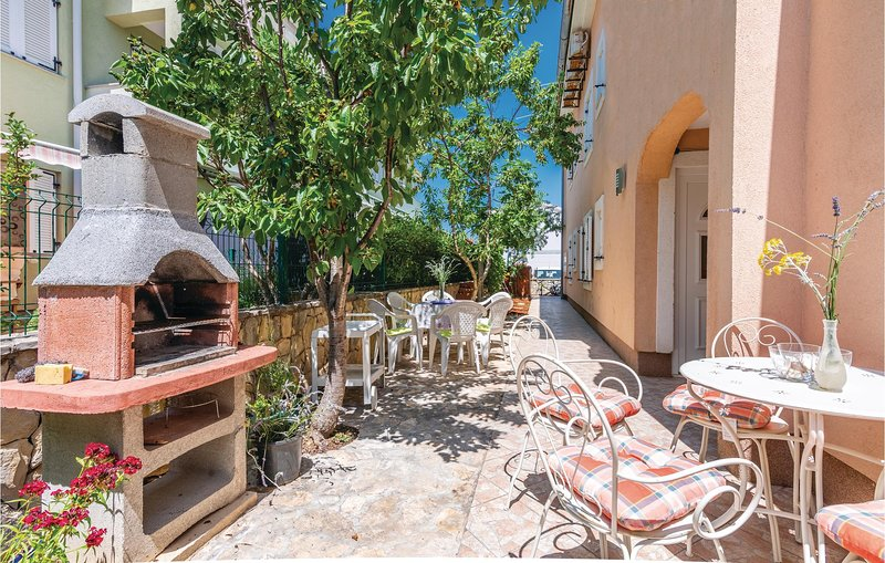 Stunning home in Cizici with WiFi and 3 Bedrooms (CKK083), casa vacanza a Cizici