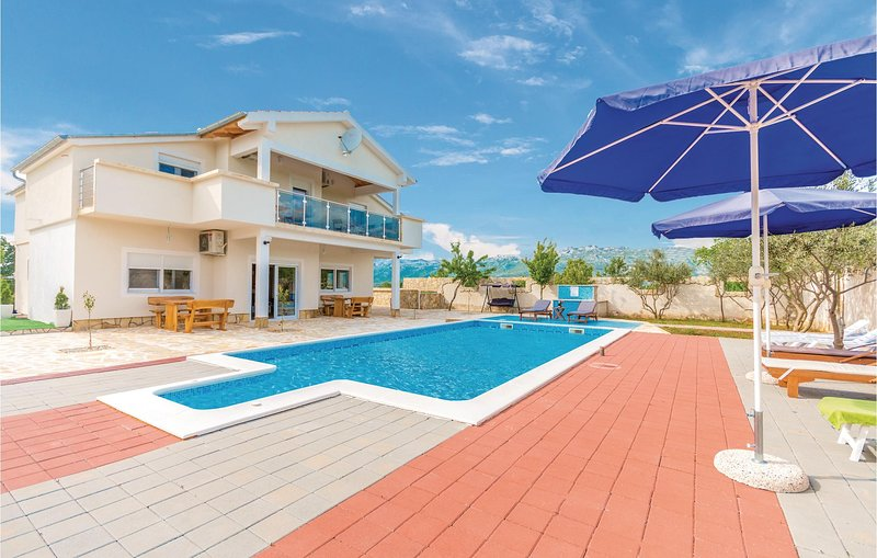 Nice home in Bilisane with WiFi and 6 Bedrooms (CDA443), aluguéis de temporada em Gracac