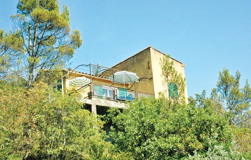 Amazing home in St. André de Roqueper. with 2 Bedrooms (FLG177), vacation rental in Goudargues