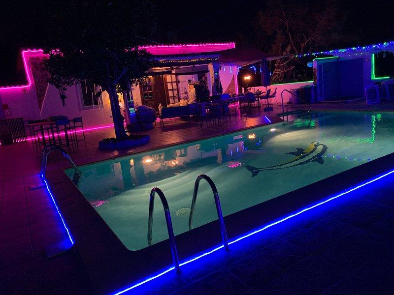 STUNNING CHEERFUL RUSTIC HOUSE  5 double bedrooms 3 bathrooms  POOL & WIFI, holiday rental in San Juan Bautista