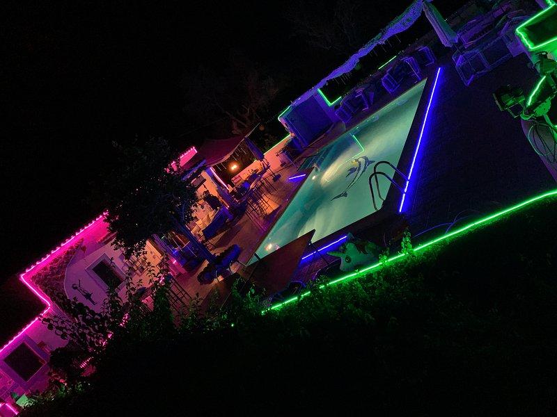 STUNNING CHEERFUL RUSTIC HOUSE  5 DOUBLE bedrooms, POOL WIFI & SEA, holiday rental in Cala Llenya