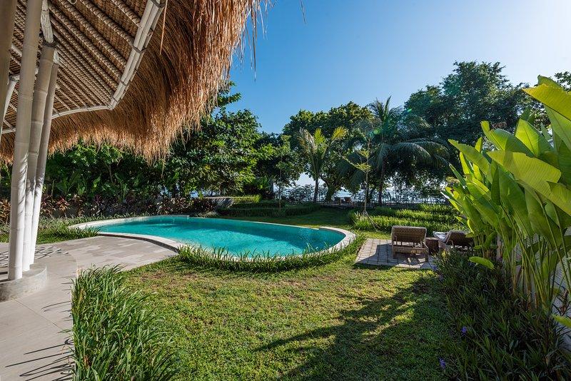 vista dalla villa al giardino e alla spiaggia