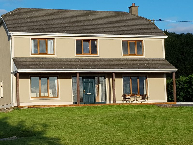 4 bedroom spacious house on 1/2 acre. Beautiful panoramic vews of Lough Dearg., aluguéis de temporada em Ogonnelloe