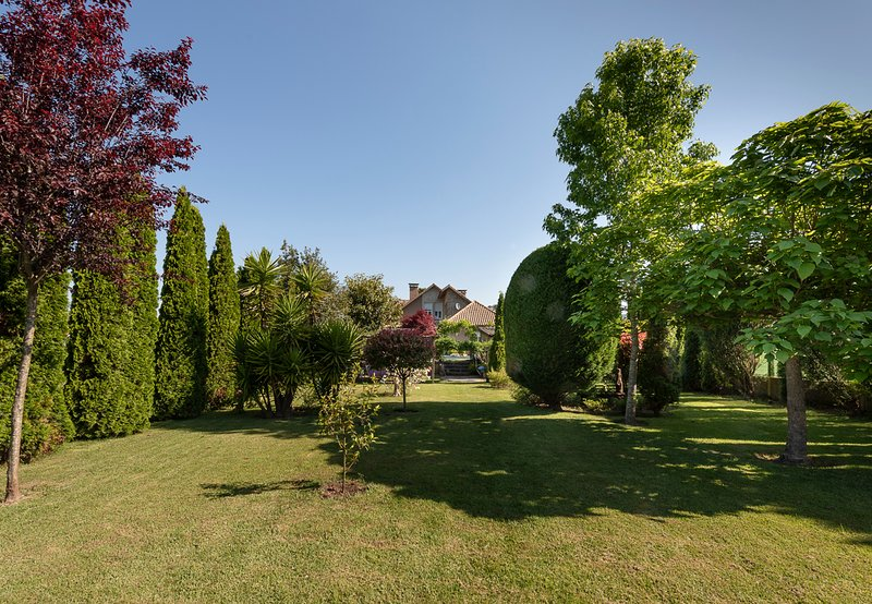 Manufe Villa Sleeps 8 with Pool - 5812639, location de vacances à A Ramallosa