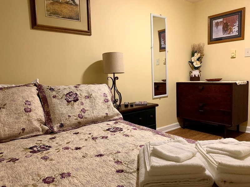 The Mason Room - Clean, Comfortable Room, Full Shared Kitchen & Bathroom, holiday rental in Princeton