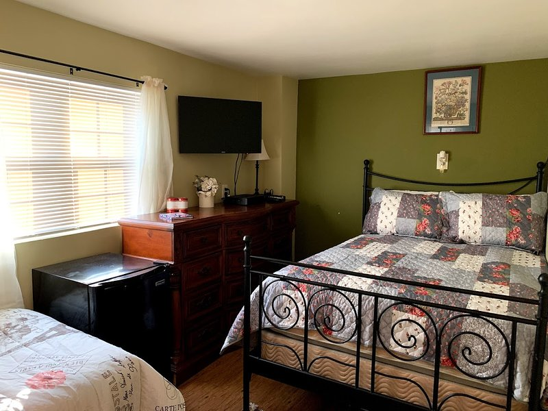 The Marcus Room - Cozy private room, full shared kitchen and bath, near New Hope, holiday rental in Princeton