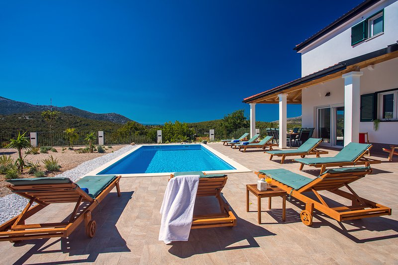 Villa Belina with 4 en suite bedrooms, game room,private pool, sauna & gym, alquiler de vacaciones en Omis