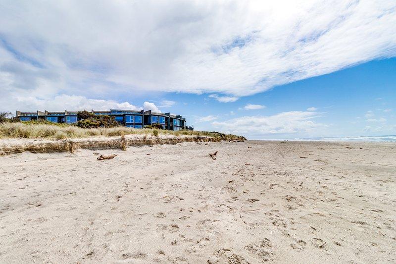 Oceanfront, dog-friendly condo w/ 2 balconies & incredible beach/ocean views!, location de vacances à Rockaway Beach
