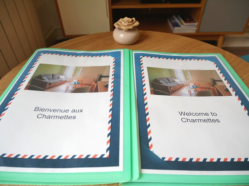 A complete welcome booklet is available in French and English.