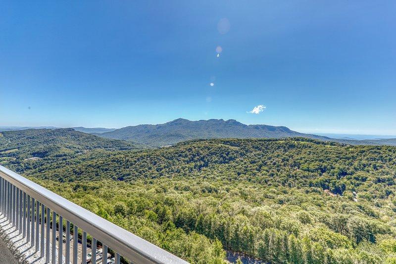 Beautiful furnished mountaintop condo w/shared pools, hot tub, & a sauna!, location de vacances à Linville
