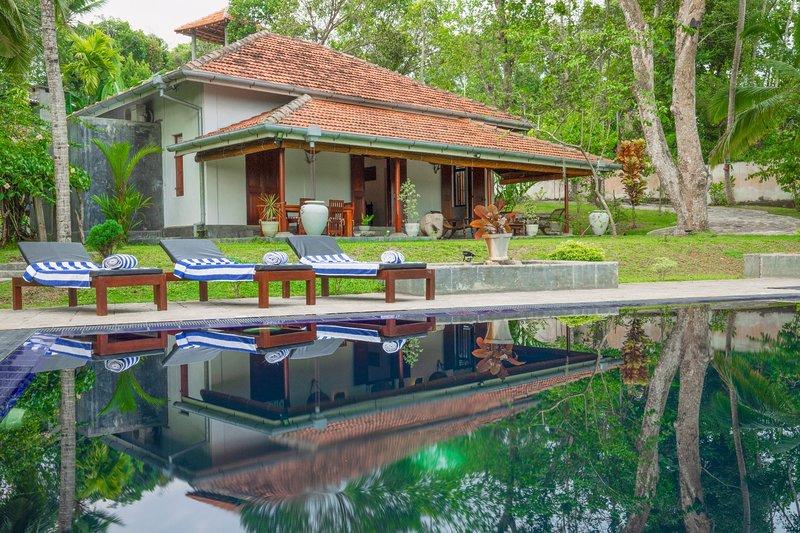 Villa Godahena - Beautiful Lakeside Villa With Private Gardens And Pool, vacation rental in Hiniduma
