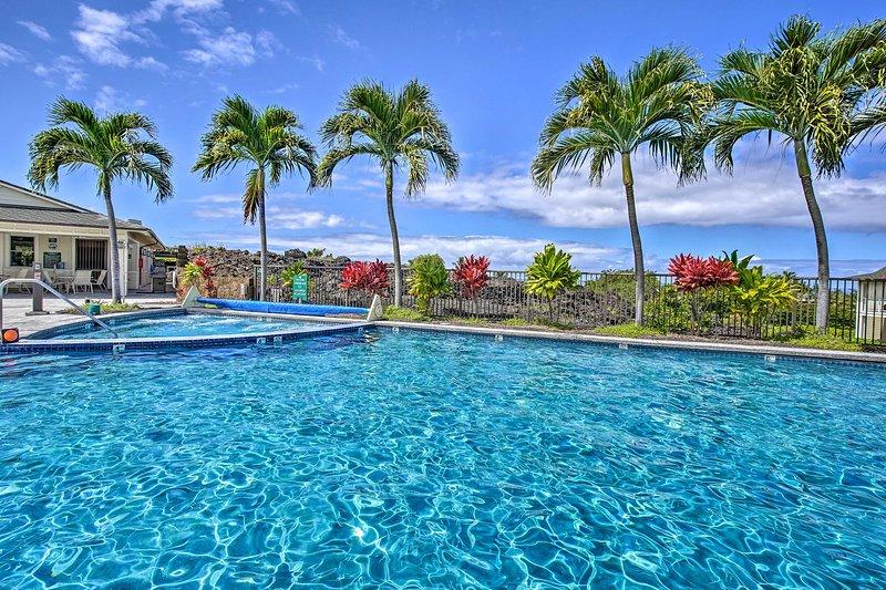 Goditi il sole a bordo piscina da questa proprietà in affitto per le vacanze a Kailua Kona.