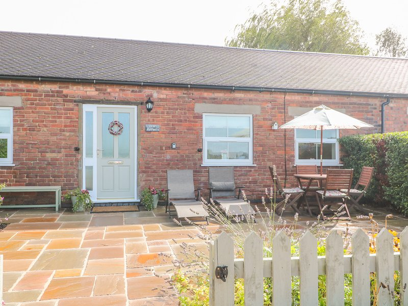 THE BYRE, family-friendly, country holiday cottage, with an enclosed garden in, vacation rental in Shirley