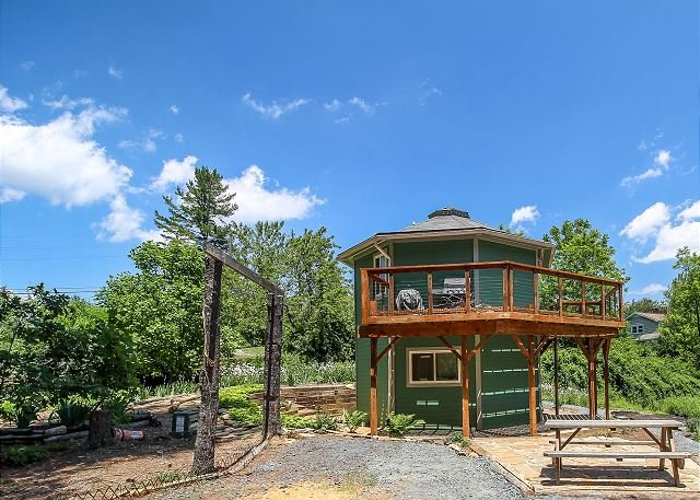Mountain Lighthouse - New Rental Near West Jefferson With WIFI & Large Deck, holiday rental in West Jefferson