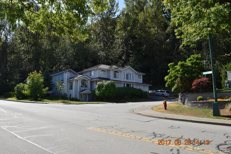 Cozy, Private, Comfy, and Clean one bedroom gnd level suite at Vancouver Suburb, vakantiewoning in Port Coquitlam