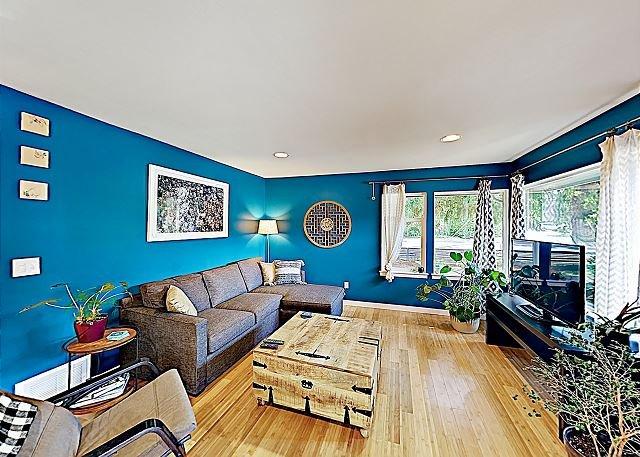 Stylish Retreat with Deck | Mins to Golden Gardens Park, Trendy Ballard, casa vacanza a Shoreline