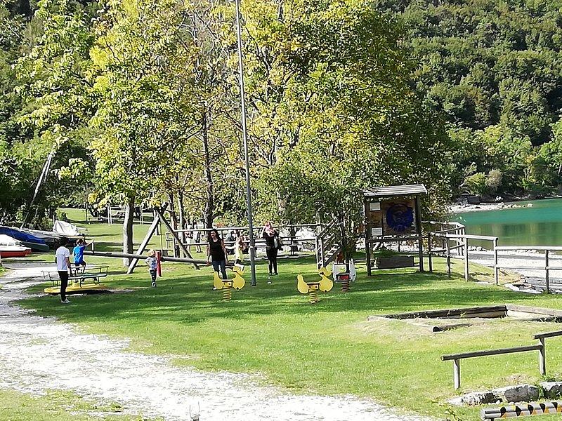 Parco giochi al lago