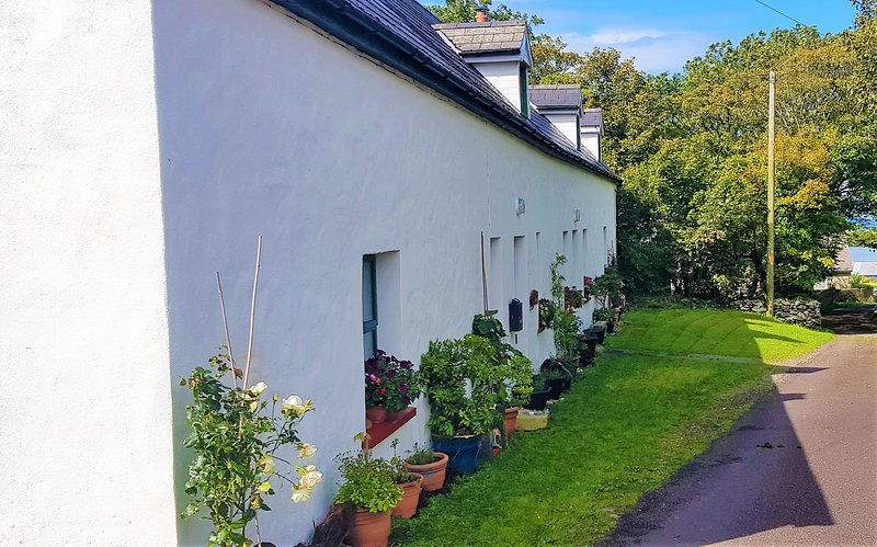 cottage in rural village in area of outstanding natural beauty 1km to beach, holiday rental in Cloghane