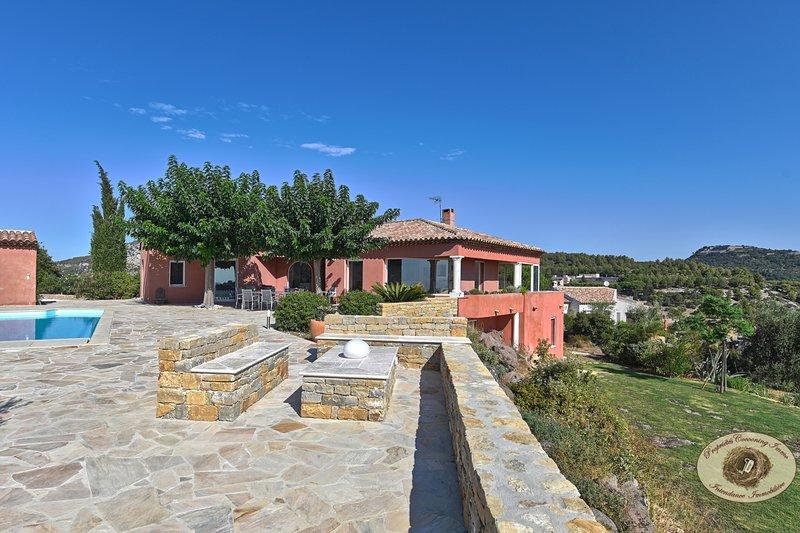 Vue exceptionnelle à 180° avec piscine chauffée, location de vacances à Évenos
