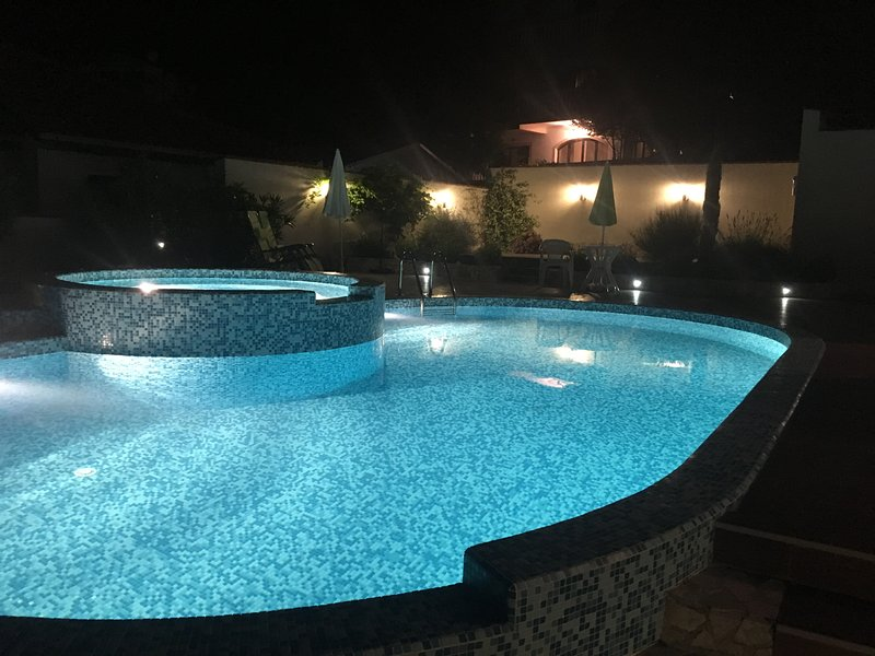 Superbly Equipped with large pool and jacuzzi (South), aluguéis de temporada em Orahovac