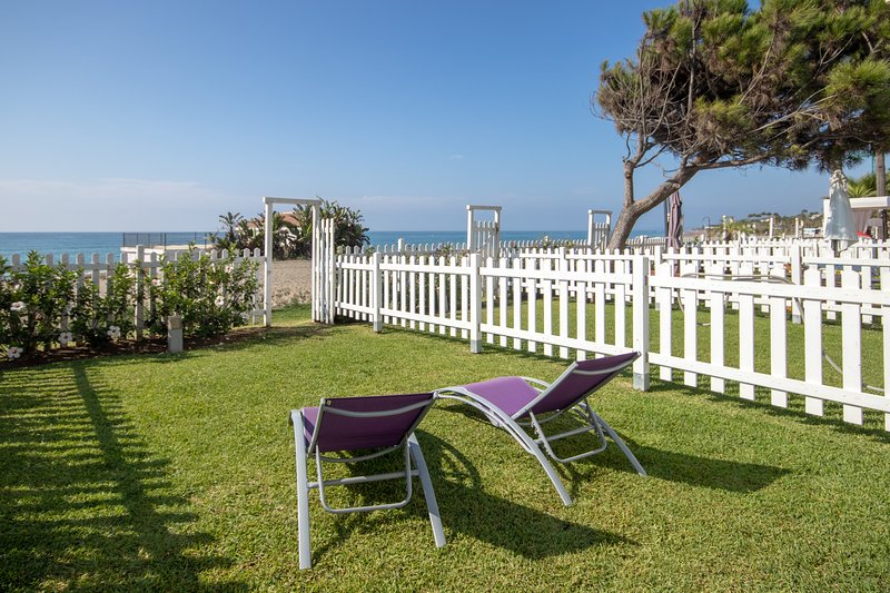Spacious house with Sea views and direct beach access from the garden., location de vacances à Cancelada