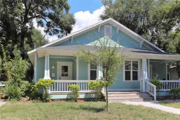 A cute Bungalow Duplex right in Seminole Heights 5 minutes from Ybor and all that downtown Tampa has to offer.