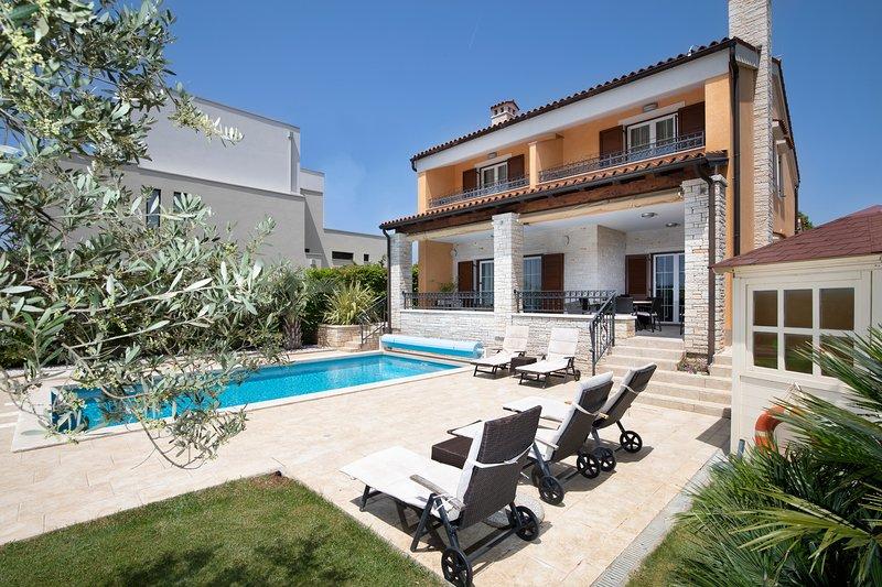 Villa Suprema Pomer - 4* villa for exclusive use with heated pool and sea view, location de vacances à Pomer