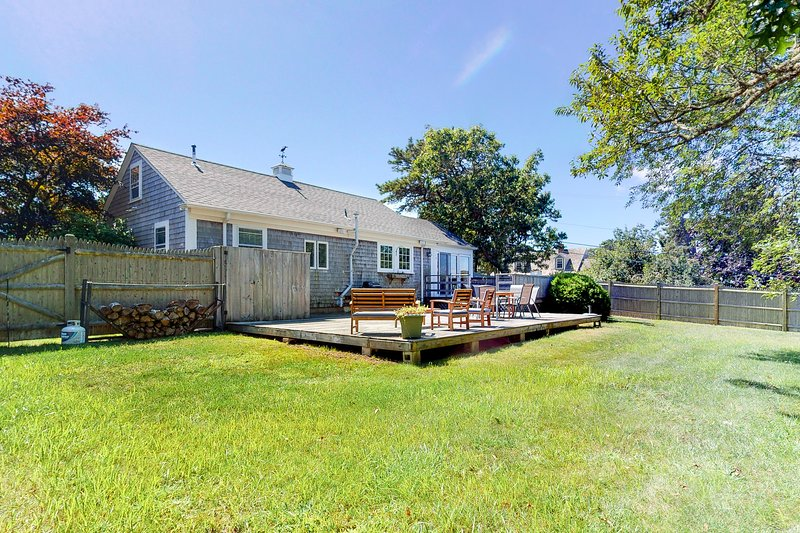 Quaint Chatham home w/beautiful backyard & furnished multi-level deck, dogs OK!, vacation rental in West Chatham