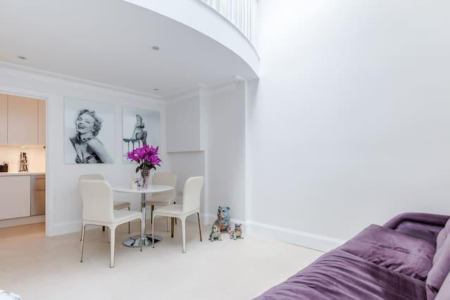 Professionally cleaned Unique 3 level Kensington apt with mezzanine, aluguéis de temporada em Willesden